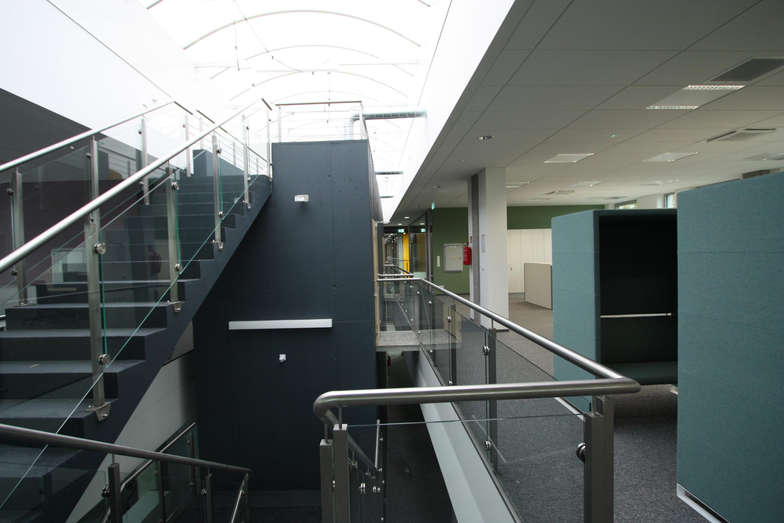 bergerat monnoyeur, budynek biurowo-serwisowy, caterpillar, 2015, schody, dekontruktywizm