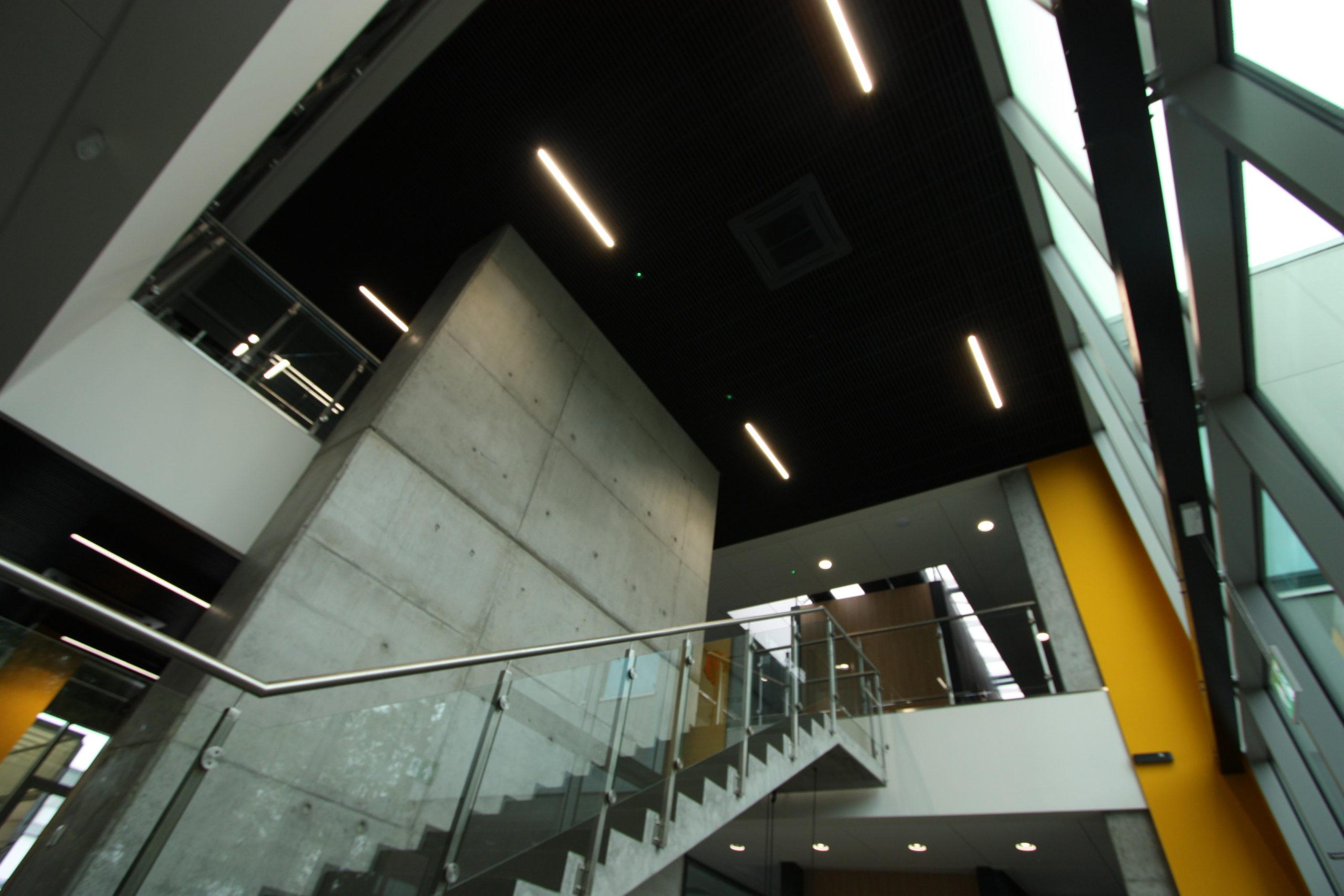 bergerat monnoyeur, budynek biurowo-serwisowy, wnetrze, caterpillar, schody, dekontrktywizm w polsce