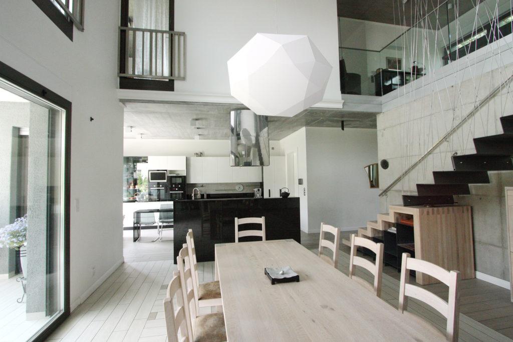 dom wysokich drzwi, katowice, wnetrze, jadalnia, wielobok, drewno, beton, szklo, stal