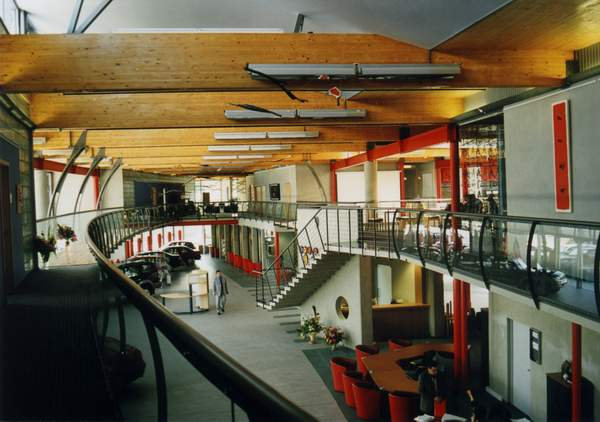 salon toyota, michal goli centrum, wnetrze, schody, motyw japonski, katowice, stal, beton, sztuka