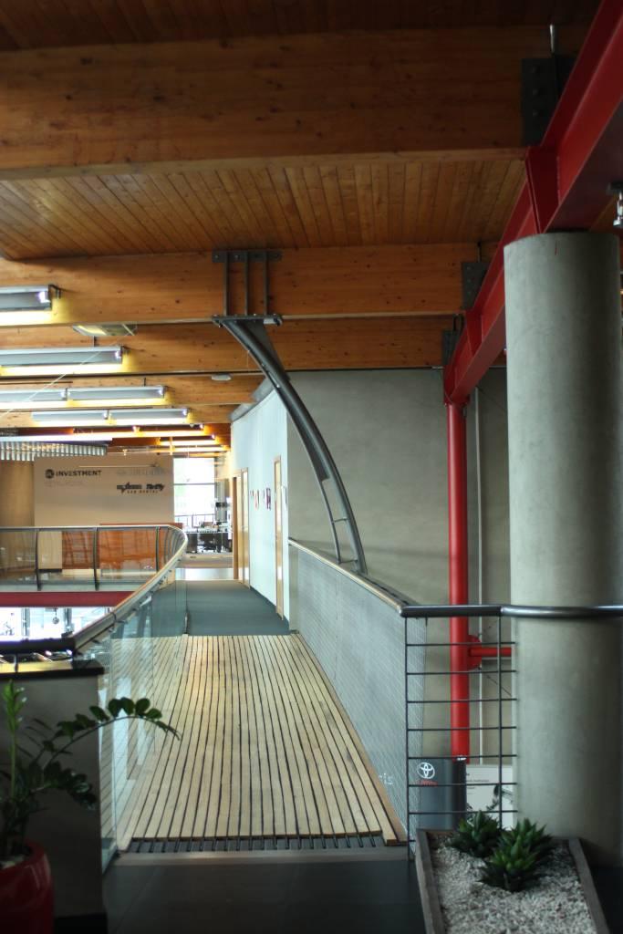 salon toyota, michal goli centrum, mostek, motyw japonski, katowice, drewno, stal, beton